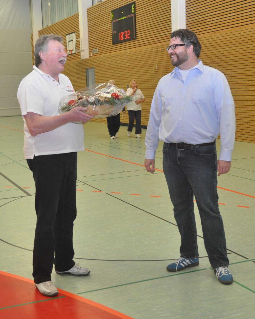 Jürgen Wesemann überreicht ein Präsent